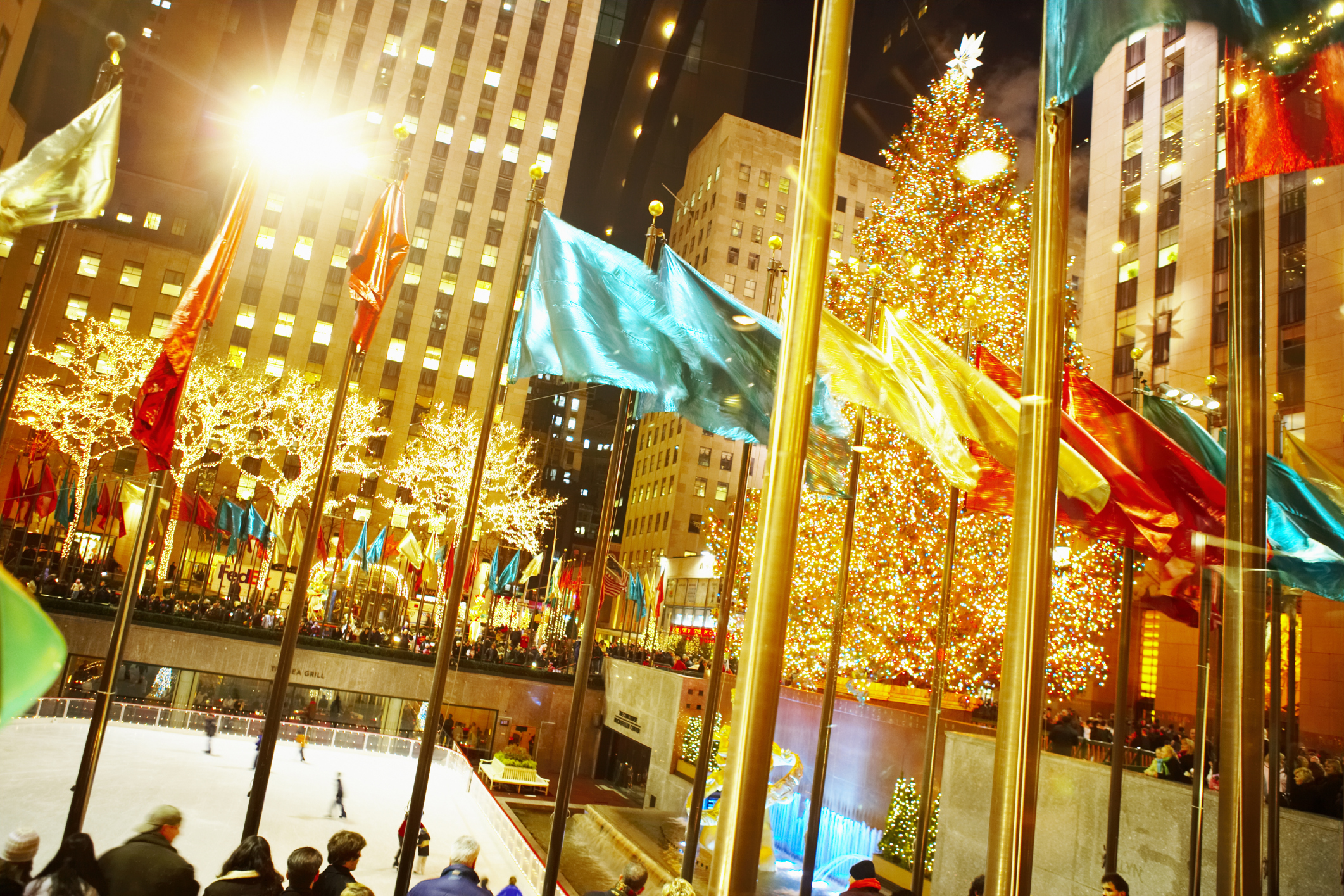 10 top places to see holiday lights across america en for Best places to visit for christmas in usa