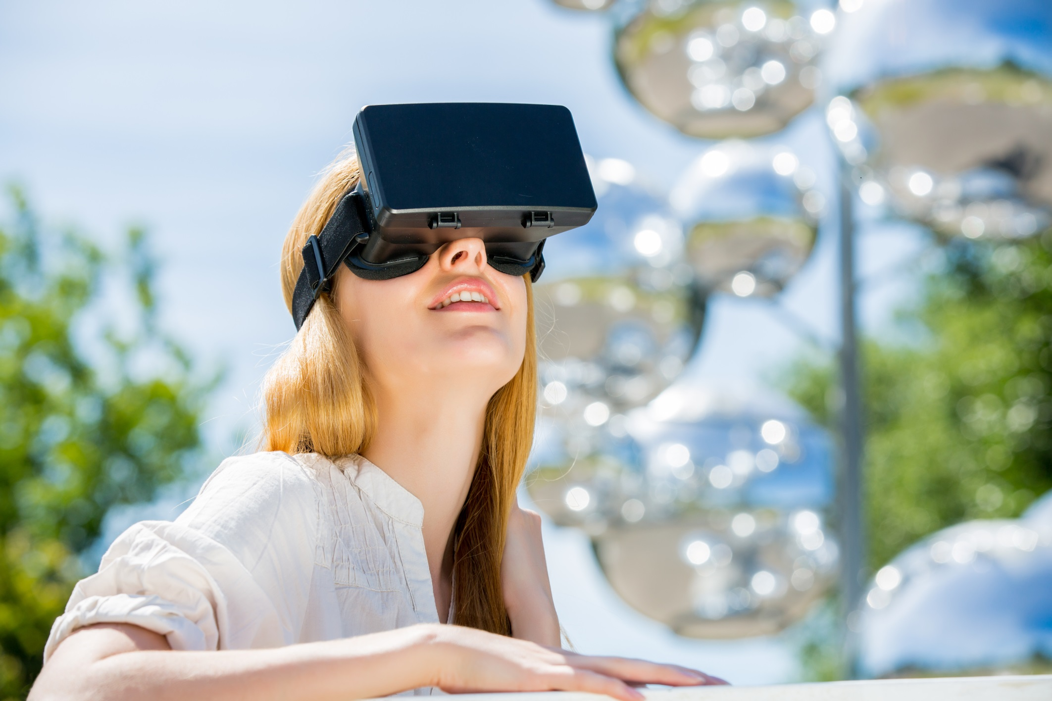 how to invest in augmented and virtual reality